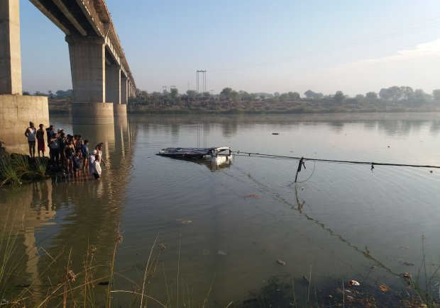 India Bus plunges into river killing 33 people travelling to Hindu temple