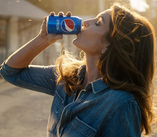 Cindy Crawford recreates famous ad