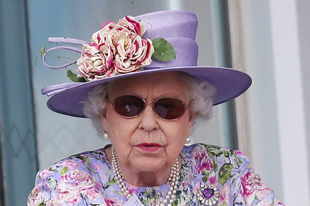 Queen has eye surgery to remove a cataract, Report