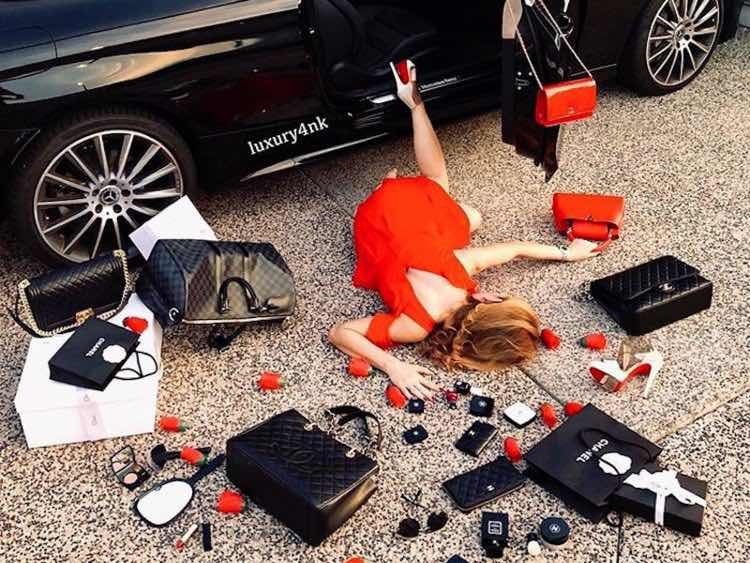 Wealth Flaunting Viral: Photo of people falling out of cars