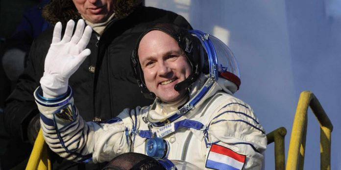 Astronaut calls 911 From Space, they're just like us!