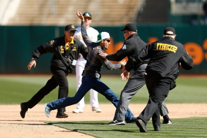 Jeff Nelson tackles unruly fan at the Oakland Coliseum (Watch)