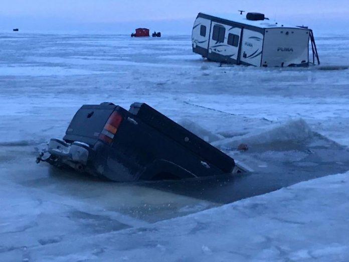 Trucks fall through the ice on Lake Winnipeg (Picture)